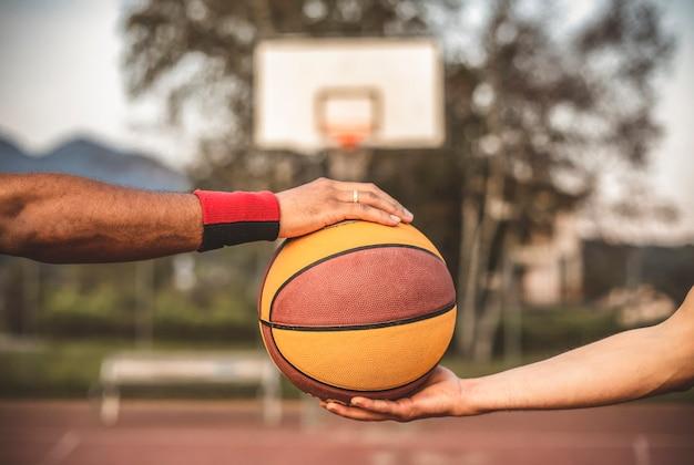 Nahaufnahme des basketballs in den händen der spieler