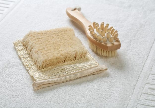 Nahaufnahme des bastes und des massagegeräts auf weißem handtuch