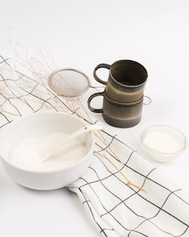 Nahaufnahme des bestandteils und des küchengeräts gegen weißen hintergrund