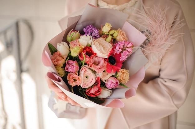 Nahaufnahme des blumenstraußes mit rosen, pfingstrosen und mohnblumen