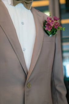 Nahaufnahme des bräutigams ansteckblume.
