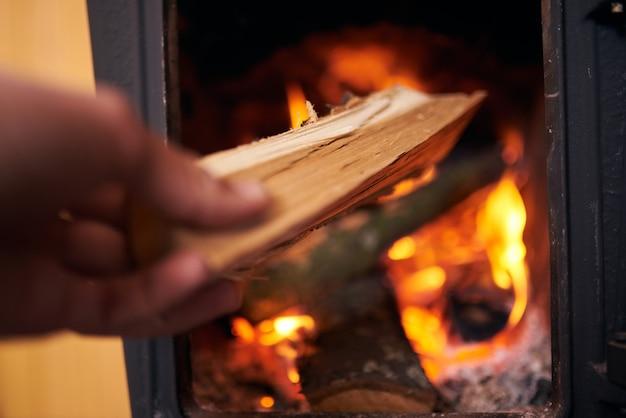 Nahaufnahme des brennenden kamins zu hause