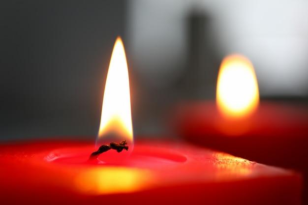 Nahaufnahme des brennenden kerzendocht über dunkler wandwand, selektivem fokus, meditation, konzentration, tapete oder wand für entspannen sich konzept