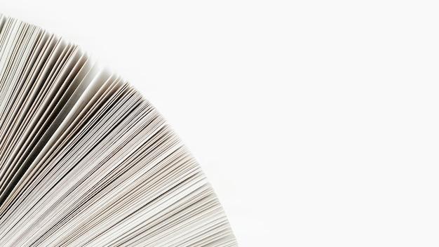 Nahaufnahme des buchpapiers mit weißem hintergrund