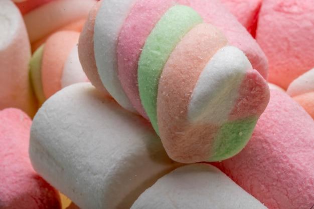 Nahaufnahme des bunten verdrehten marshmallows