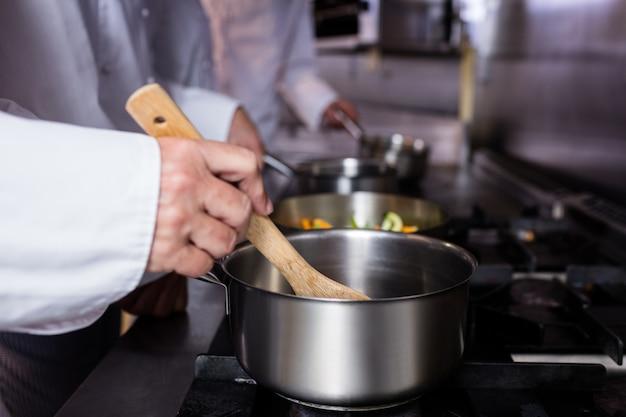 Nahaufnahme des chefs lebensmittel zubereitend