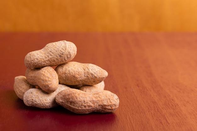 Nahaufnahme des chinesischen stapels des neuen jahres erdnüsse