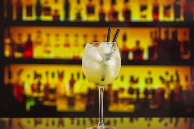 Nahaufnahme des cocktails mit eis in der bar