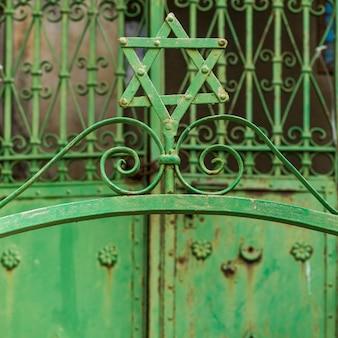 Nahaufnahme des davidssterns auf metalltor, safed, nordbezirk, israel