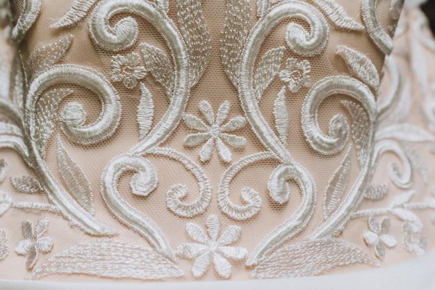 Nahaufnahme des details auf einem hochzeitskleid