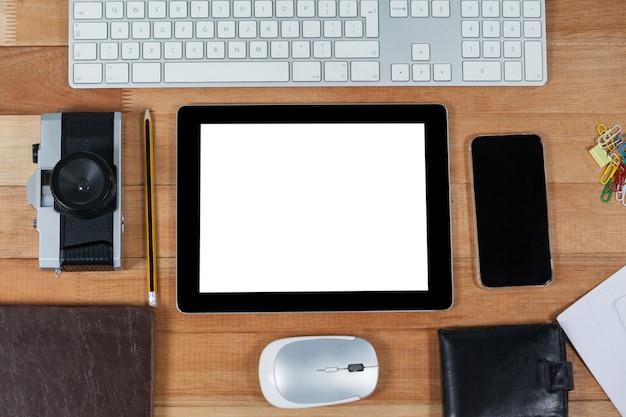 Nahaufnahme des digitalen tablets mit den kameras auf dem tisch