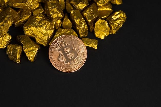Nahaufnahme des digitalen währungs- und goldnuggets des bitcoin oder des golderzes auf schwarzem hintergrund