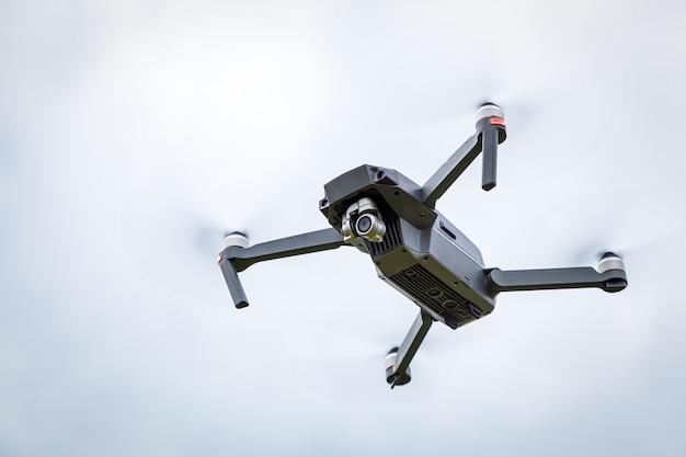Nahaufnahme des drohnenhubschraubers mit einer kamera. quadcopter lokalisiert auf himmelhintergrund