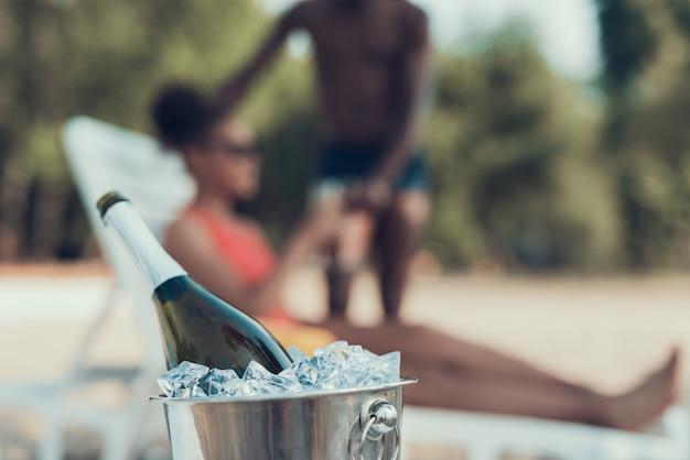 Nahaufnahme des eimers mit eis und champagne auf vordergrund