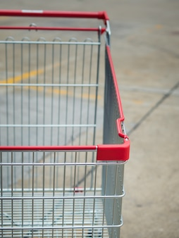 Nahaufnahme des einkaufswagens in parkplätzen, einkaufszentren.