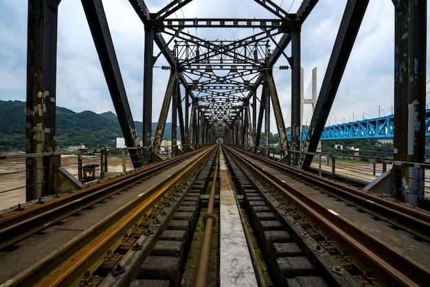Nahaufnahme des eisenbahnbrücken-stahlrahmens, chongqing yangtze river metal railway bridge, china