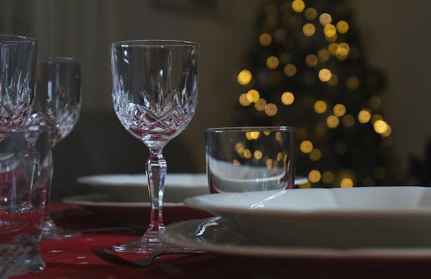 Nahaufnahme des eleganten esstisches mit roter tischdecke für das weihnachtsessen