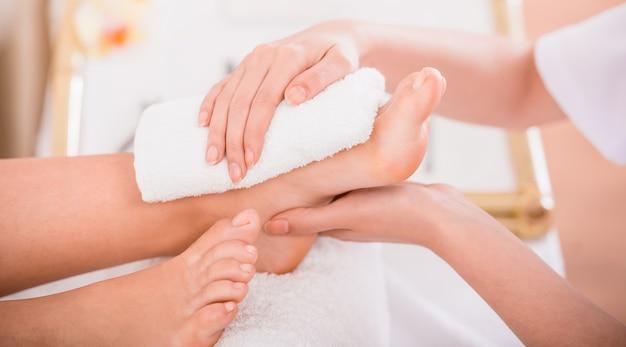 Nahaufnahme des entspannungspediküreprozesses im badekurortsalon.