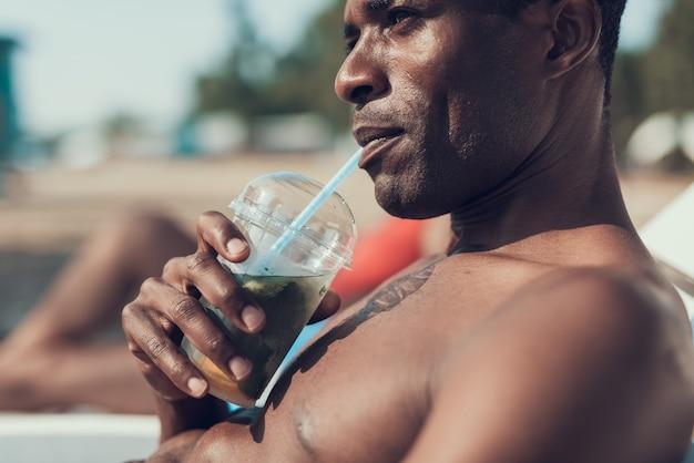 Nahaufnahme des ernsten mannes trinkt cocktail