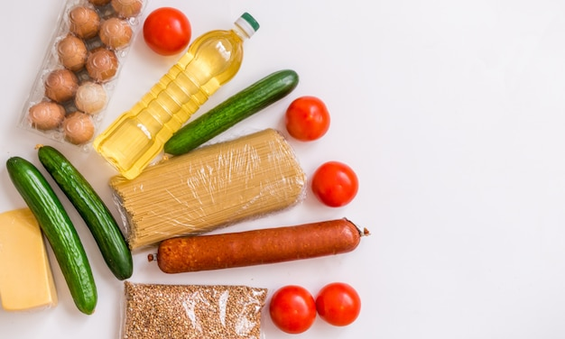 Nahaufnahme des essens. gemüse, lebensmittel, käse und eier auf einem weißen hintergrund