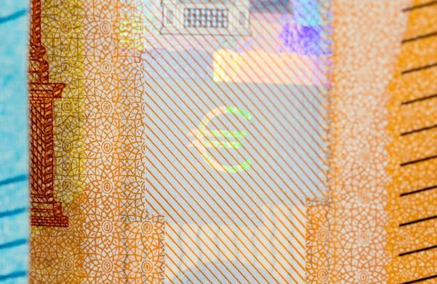 Nahaufnahme des eurosymbols auf dem hologramm eine neue banknote des euro fünfzig.