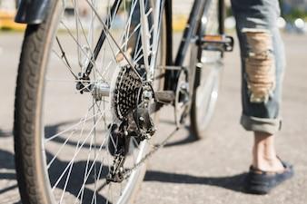 Nahaufnahme des Fahrradhinterrades mit Kette u. Kettenrad auf Straße