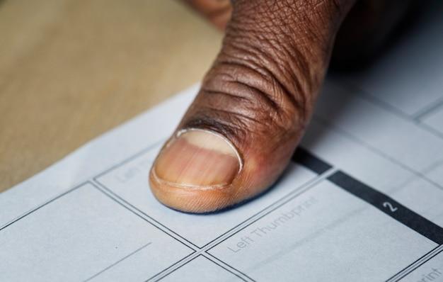 Nahaufnahme des fingerabdrucks auf papier