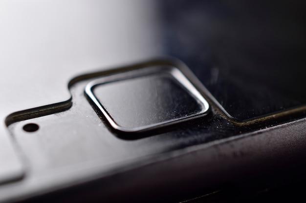 Nahaufnahme des fingerabdruckscanners des telefons mit mikrofon