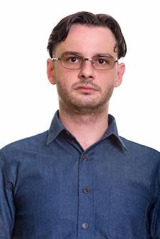 Nahaufnahme des formalen jungen mannes, der brillen trägt