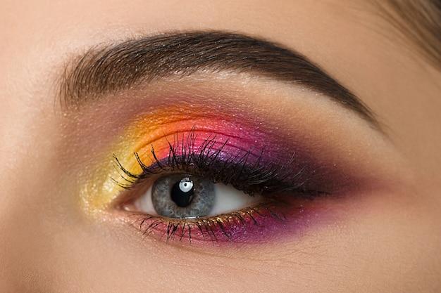 Nahaufnahme des frauenauges mit schönem buntem make-up