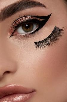 Nahaufnahme des frauenauges mit sexy make-up und perfekten brauen