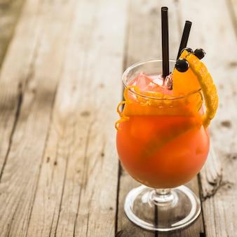Nahaufnahme des frischen cocktails auf hölzernem hintergrund