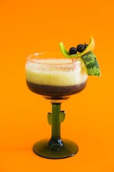 Nahaufnahme des frischen cocktails auf orange hintergrund