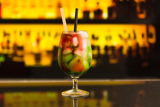 Nahaufnahme des frischen cocktails mit eis in der bar