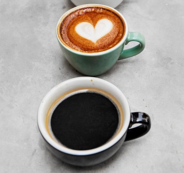 Nahaufnahme des frischen gemachten heißen kaffees