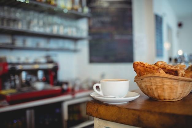 Nahaufnahme des frischen kaffees und der brote am café