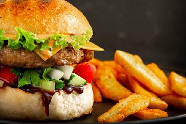 Nahaufnahme des frischen leckeren schweinefleischburgers mit pommes frites