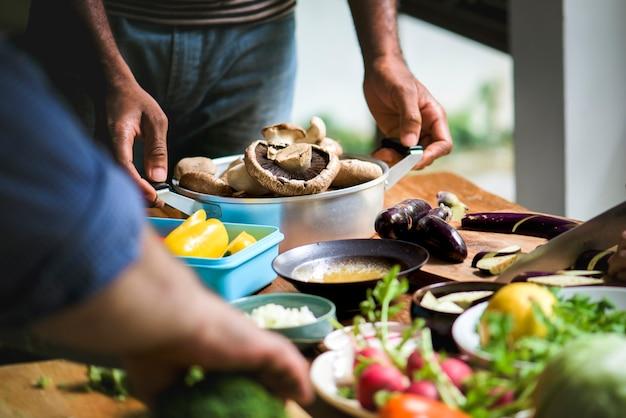 Nahaufnahme des frischen organischen gemüses, das sich vorbereitet zu kochen