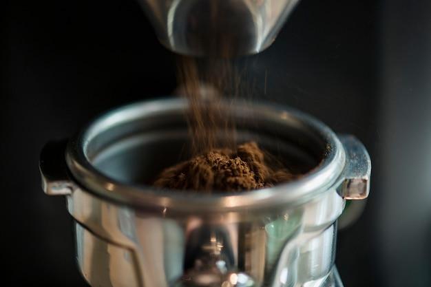 Nahaufnahme des frischen reibenden kaffees