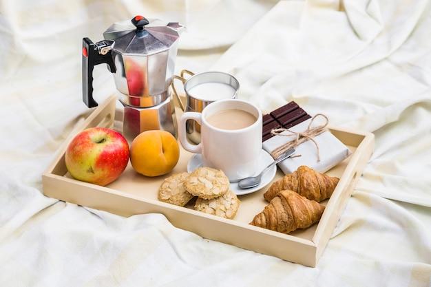Nahaufnahme des frühstücks auf unordentlich bettlaken