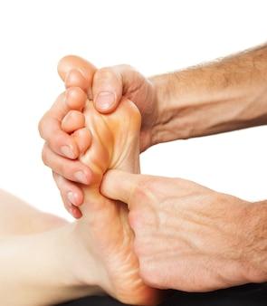 Nahaufnahme des fußes, der massage auf weiß erhält