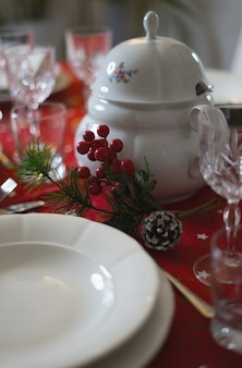 Nahaufnahme des gedeckten tisches weihnachtsessen