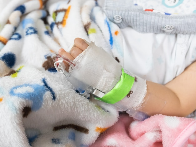 Nahaufnahme des geduldigen babys der hand im krankenhaus