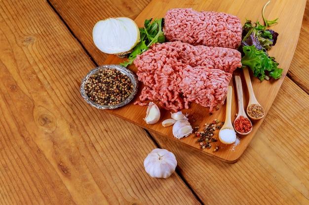 Nahaufnahme des gehackten schweinefleisch mit petersilie