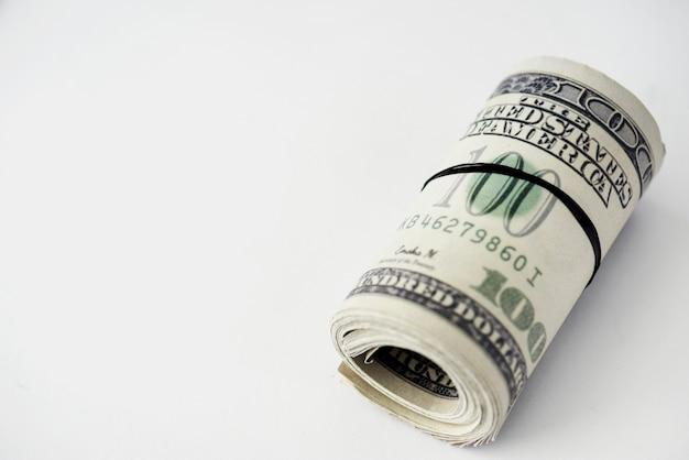 Nahaufnahme des geldbündels getrennt auf weißem hintergrund