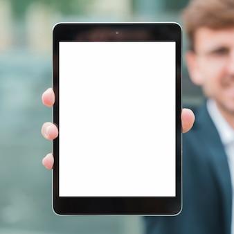 Nahaufnahme des geschäftsmannes digitale tablette der weißen bildschirmanzeige zeigend