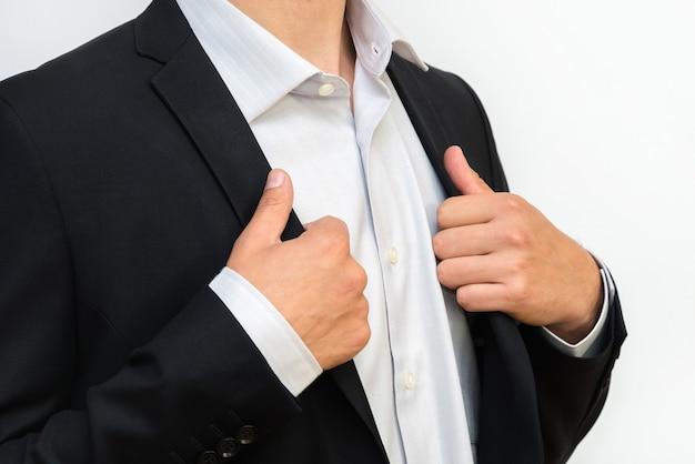 Nahaufnahme des geschäftsmannes im formellen anzug, der ein hemd korrigiert