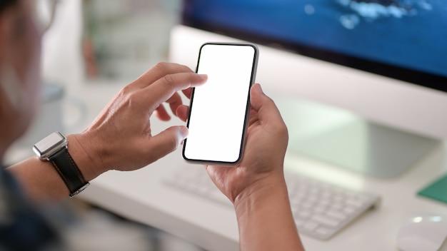 Nahaufnahme des geschäftsmannes unter verwendung des leeren bildschirm-smartphones