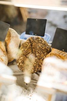 Nahaufnahme des geschmackvollen brotes für verkauf auf marktstall