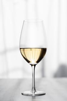 Nahaufnahme des geschmackvollen weißweinglases
